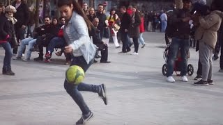 MUJER HUMILLA A HOMBRES CON SU FÚTBOL FREESTYLE ★ HD ★ Woman humiliates men with their freestyle width=