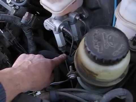 Где бачок тормозной жидкости в Опель Agila
