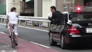 getlinkyoutube.com-安倍総理 警護車 パトカー SP 激しい箱乗りで自転車を警戒 2013.6.9