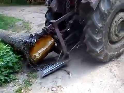 Zrywka kloca dęba w lesie