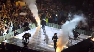 getlinkyoutube.com-One Direction best falls on stage!