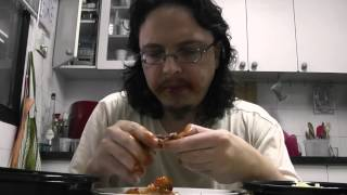 1168 - אבא קריר אוכל כנפי עוף ופירה