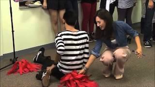 getlinkyoutube.com-ซันนี่ SNSD ถอดเสื้อนอกออกเพื่อคลุมให้คนไทยที่กางเกงขาด