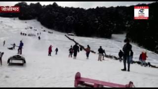 औली में बर्फवारी जारी, जमकर लुत्फ उठा रहे हैं पर्यटक
