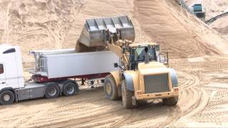 getlinkyoutube.com-Cat 980H Loading Volvo FH12 520 6x4 Semi With Sand