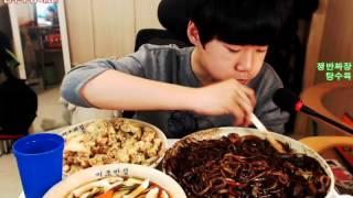 getlinkyoutube.com-중3BJ파투의 Big점보쟁반짜장면+탕수육 먹방! (Bic Jajangmyeon - Eat & Cook)