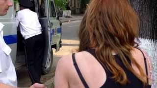 getlinkyoutube.com-Curaj.TV - Poliția reține violent, cu cătușe o tînără în centrul capitalei