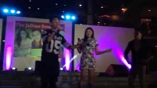 getlinkyoutube.com-Who hugs better (Part1) - James Reid hugs Nadine Lustre @ Ayala Center Cebu