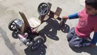 getlinkyoutube.com-Auto a batería de madera para niño utilizando un taladro inalambrico de 12v - en acción