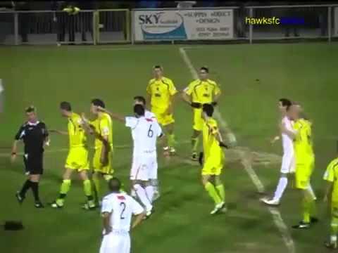 Futbolista Inglés Fue Expulsado Porque Derribó a un nudista que entró a la cancha