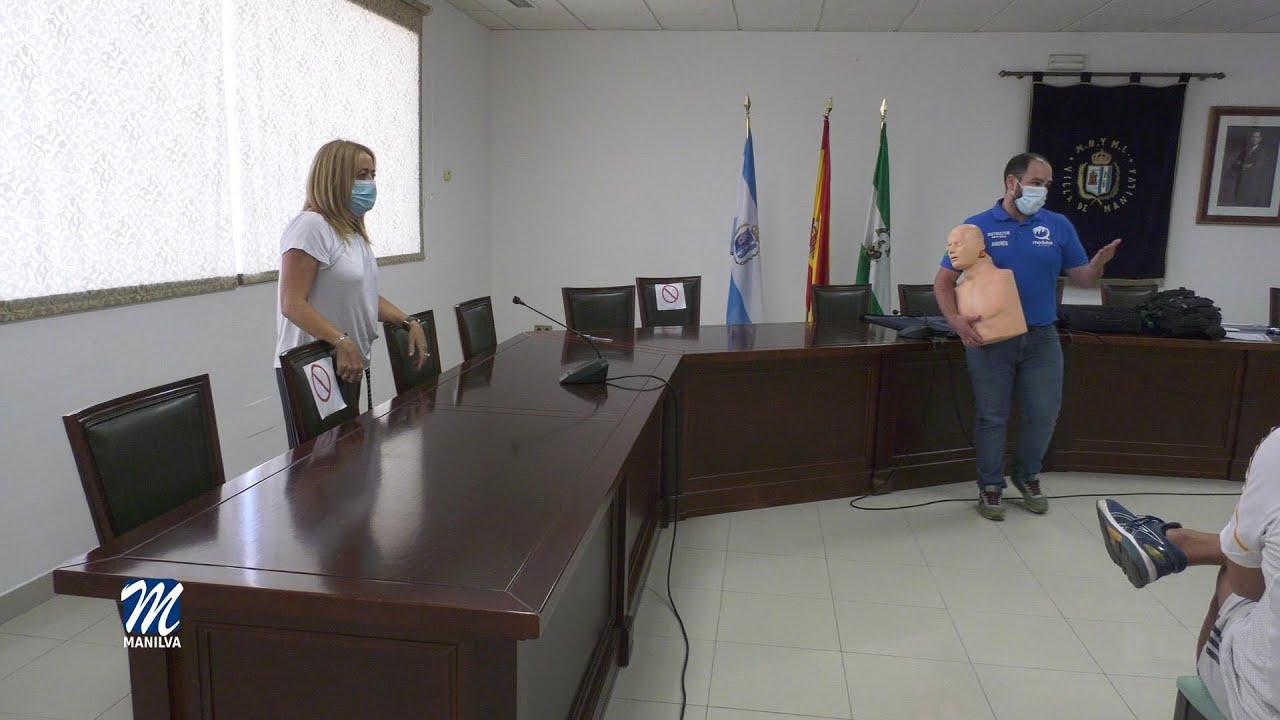 Salud forma al personal municipal en el uso del desfibrilador