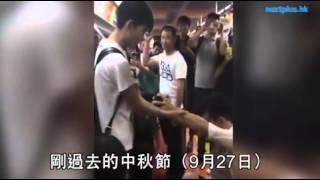 getlinkyoutube.com-手錶代鑽戒 型男同志北京地鐵跪地求婚