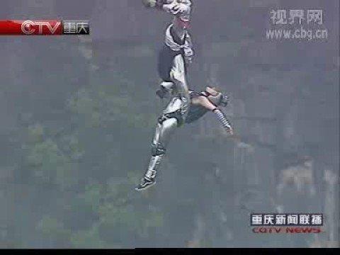 26名运动员在重庆奉节深662米天坑跳伞