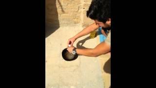 عراقي يقلي بيض على حرارة الشمس