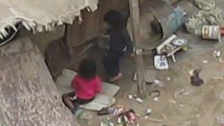 getlinkyoutube.com-Unas niñas que fueron abandonadas en un lugar lleno de desperdicios