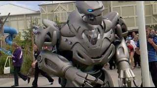 getlinkyoutube.com-Titan the Robot punches drunk guy. Butlins Bognor 2010.