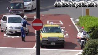 getlinkyoutube.com-白バイが緊急走行するまでもなく歩いて違反車2台を同時に検挙する瞬間!タクシーの違反切符は後日交付かな?編!Japanese Motorcycle police