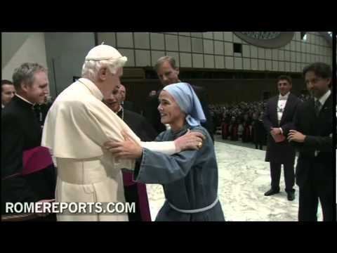 Benedict XVI embraces Mother Veronica Berzosa  founder of Iesu Communio