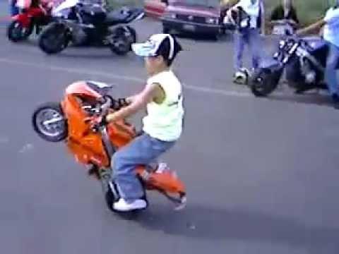 Manobras de mini moto (Criança)
