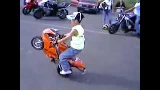 getlinkyoutube.com-Manobras de mini moto (Criança)