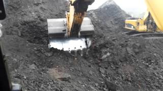 getlinkyoutube.com-Komatsu pc800 lc loading truck with 2 pases (in cab)