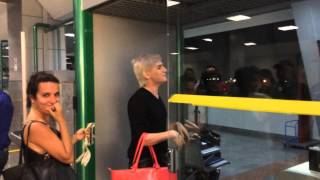 getlinkyoutube.com-Romagaga sambando na cara da GOL, no aeroporto de Salvador!