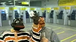 getlinkyoutube.com-Nas Garras da Patrulha - Tizil e Boca de Penico tiram um selfie durante assalto a banco e...