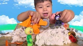 getlinkyoutube.com-アンパンマン おもちゃ ロードローラー ねんど みたいな 砂 で遊んだよ❤  Sands Alive Road roller Toy