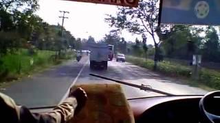 getlinkyoutube.com-Bus Eka Mengerem Memberi Jalan Bus Bus ATB Nyalip (Sugeng Rahayu, Restu, Harapan Jaya)