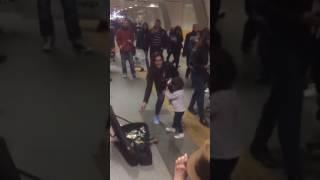 Küçük kızdan metro istasyonunda bale gösterisi
