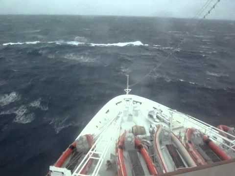 La nave da crociera MSC MELODY con mare forza 9