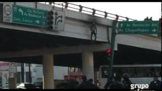 Cuelgan y prenden fuego en puente