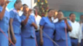 kwaya ya sauti ya jangwani ikionyesha programu kwenye makambi tarehe 10/08/2014