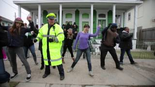 """getlinkyoutube.com-Police officer who """"Wobbles"""" adds """"Cupid Shuffle"""" to his Mardi Gras repertoire during Zulu parade"""