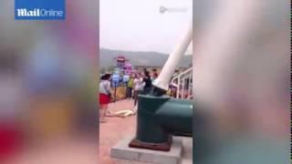 getlinkyoutube.com-【閲覧注意】中国の遊園地で絶叫マシンから乗客が落下!!緊迫の現場映像