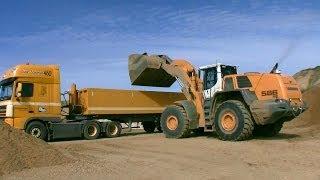 getlinkyoutube.com-Liebherr L586 Wheelloader Loading Semi Trucks