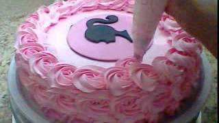 getlinkyoutube.com-Bolo com rosas de chantilly parte 2