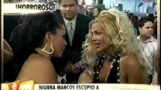 getlinkyoutube.com-Niurka Marcos escupe en la cara a Carolina Sandoval (Premios Juventud 2010)