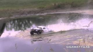 getlinkyoutube.com-Brushless Losi 5ive-T hydroplaning on water