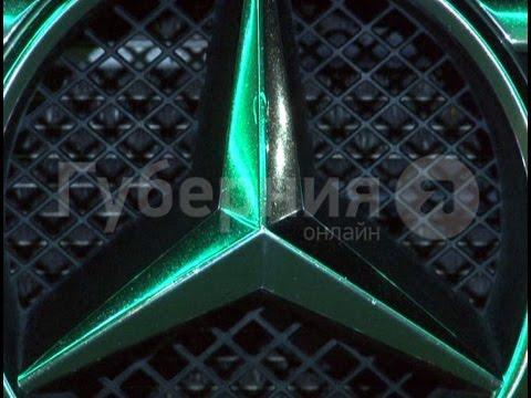 Лобовое стекло 'Мерседеса»разбило сь в результате необычного ДТП в Хабаровске.Mestopr oTV