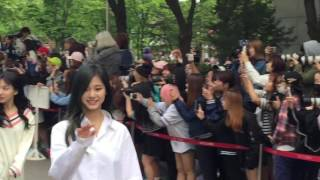 getlinkyoutube.com-[HD Fancam] 160513 Music Bank Twice 트와이스 뮤직뱅크 출근길 직캠