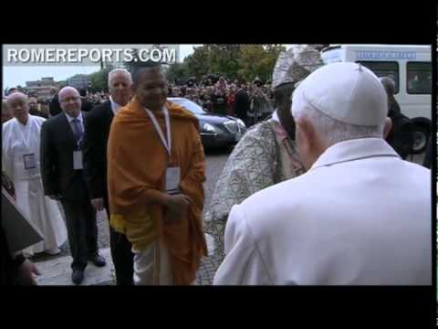Pope personally greets all participants during  inter-religious gathering in Assisi