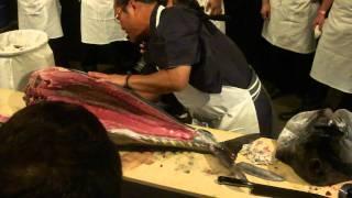 getlinkyoutube.com-morimoto cutting up a 51kg hamachi