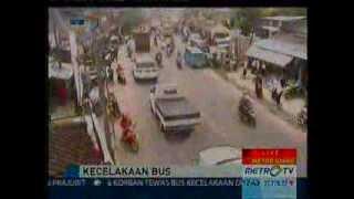 getlinkyoutube.com-Rekaman CCTV Lalu Lintas Cisarua Bogor Kecelakaan Maut Bus Giri Indah 21 agustus 2013.