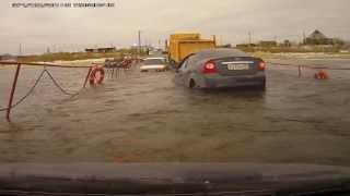 getlinkyoutube.com-Camión cruza puente y deja coche flotando