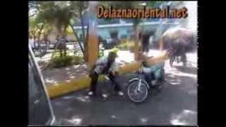 getlinkyoutube.com-Pelea A los Machetazo - Dos motochonchistas se entran a machetazos por un pasajero - En Los mina