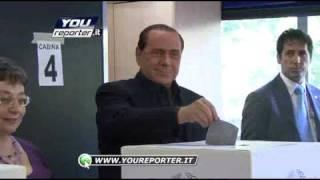 """getlinkyoutube.com-Silvio Berlusconi vota. Una signora gli urla: """"vergognati"""""""