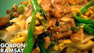 getlinkyoutube.com-Egg-Fried Rice Noodles with Chicken - Gordon Ramsay
