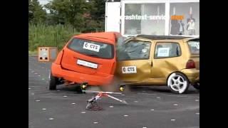 getlinkyoutube.com-Ford Focus Estate Vs. Renault Twingo (119 Km/h) Side Impact (Crash-Test Service)