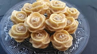 getlinkyoutube.com-حلويات اللوز: حلوة الوردة / (المقادير في الوصف) petits fours aux amandes